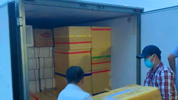 Chất hàng lên xe vận chuyển hỗ trợ người dân TPHCM. Ảnh: TRỌNG NGHĨA