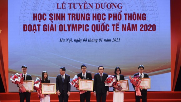 Trao thưởng cho học sinh đoạt giải Olympic khu vực và quốc tế năm 2020