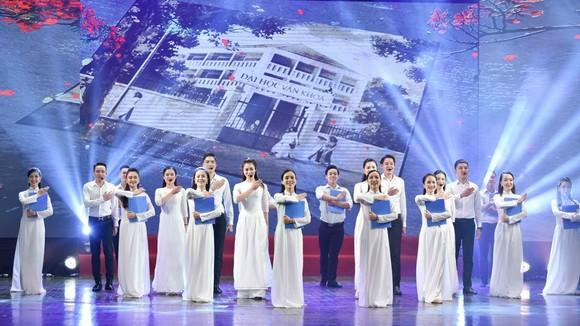 """Ca khúc """"Bài ca về mái trường"""" của nhạc sĩ Nguyễn Ngọc Thịnh mở màn buổi lễ"""
