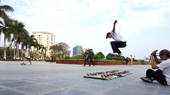 A young player is performing at a open-space park in District 5 (Photo: SGGP)
