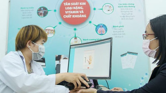Collecting patients' information in Mien Dong Hospital in District 9 of HCMC. (Photo: SGGP)