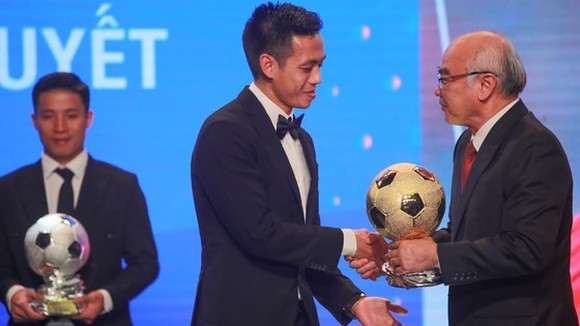 Head of the Propaganda and Training Board Mr. Phan Nguyen Nhu Khue hands over golden ball to Nguyen Van Quyet