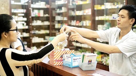 Người dân mua thuốc tại cửa hàng thuốc trên địa bàn TPHCM. Ảnh minh họa: HOÀNG HÙNG