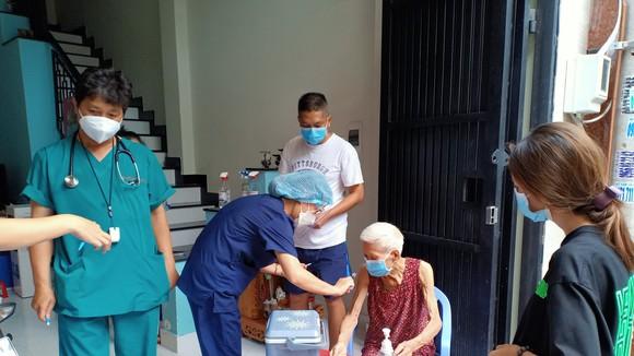 Nhân viên y tế TP Thủ Đức đến tận nhà tiêm vaccine cho người cao tuổi