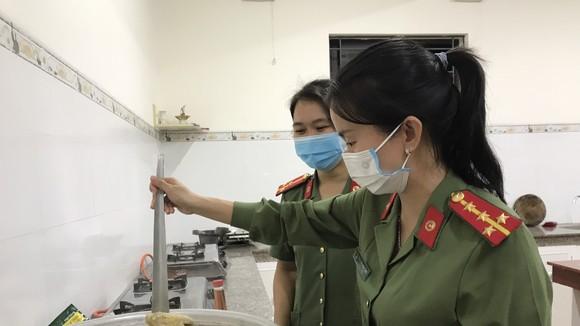 """Quảng Ngãi: """"Bếp đêm chiến sĩ"""" hỗ trợ suất ăn tối gửi lực lượng tuyến đầu chống dịch Covid-19"""