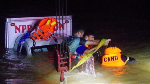 Quảng Ngãi: Xe tải qua cầu tràn Thạch Nham bị nước cuốn trôi, đã tìm thấy người vợ