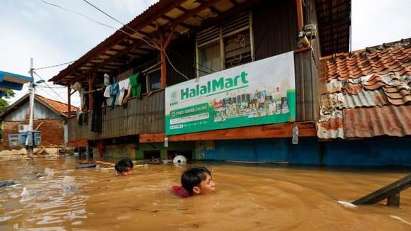 Trận mưa lớn gây ngập lụt ở Jakarta, Indonesia, ngày 2-1-2020. Ảnh: REUTERS/Willy Kurniawan