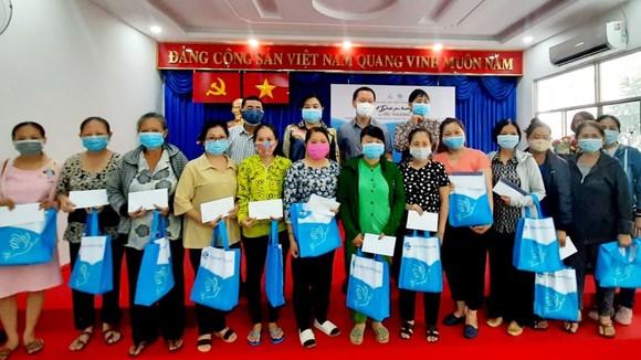 Đại diện PNJ và Hội LHPN TPHCM trao quà cho các chị em phụ nữ khó khăn