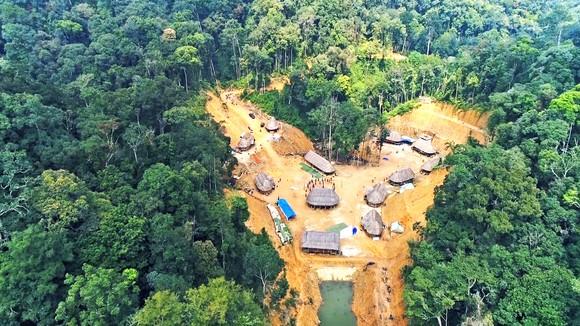 Ngôi làng của người Cor nằm giữa lưng núi thuộc hệ núi Cà Đam, đầu nguồn suối Nia (giáp ranh huyện Trà Bồng, và huyện Sơn Hà, Quảng Ngãi)