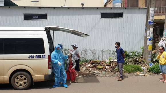 Người dân phường Lộc Sơn, TP Bảo Lộc lấy mẫu xét nghiệm Covid-19