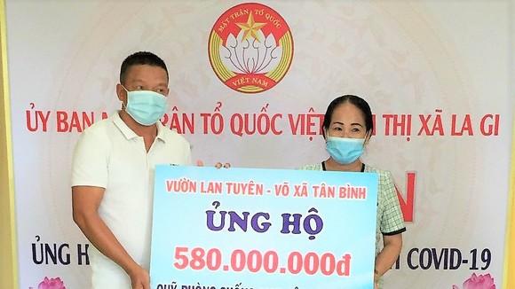 Anh Tuyên và gia đình đã tặng toàn bộ số tiền 580 triệu đồng từ việc bán đấu giá 2 cây lan quý cho Quỹ phòng chống dịch Covid-19