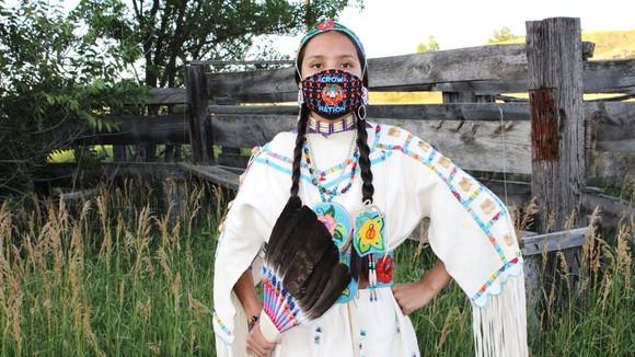 """Khẩu trang có dòng chữ """"Crow Nation"""" của  bộ tộc Crow nhắc nhở bảo tồn văn hóa bộ tộc"""