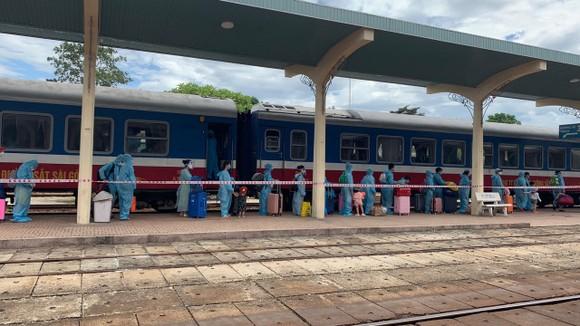 Hành khách xuống tàu tại ga Huế được lực lượng chức năng tỉnh Thừa Thiên - Huế đón và đưa đi cách ly theo quy định phòng chống dịch Covid-19. 