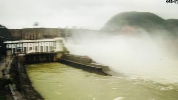Hai nan nhân bị lật ghe gần vị trí Thủy điện Hương Điền đang điều tiết xả nước để phòng lũ. 
