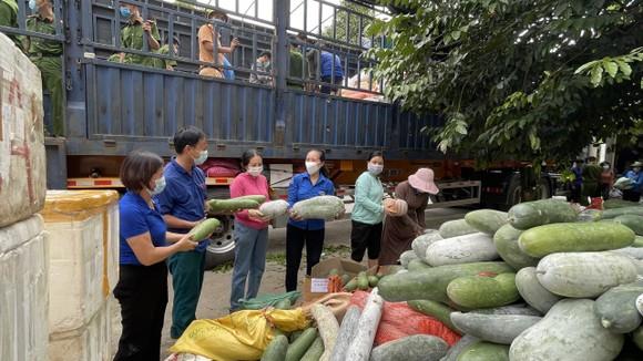 Lãnh đạo Ủy ban MTTQ Việt Nam huyện Hương Sơn động viên lực lượng tham gia bốc xếp và nhà xe vận chuyển hàng hóa vào TPHCM và các tỉnh phía Nam