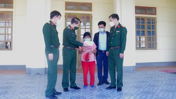 Lãnh đạo Bộ Chỉ huy Quân sự tỉnh Hà Tĩnh tặng quà động viên một thương binh ở huyện Thạch Hà