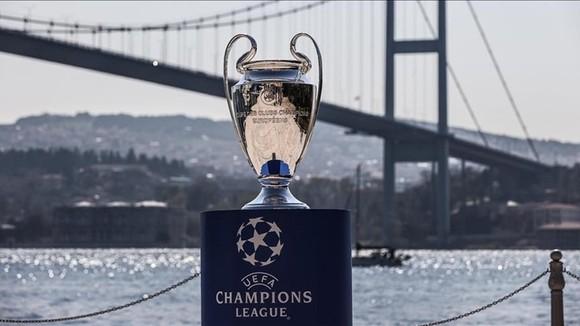 """UEFA một lần nữa """"bù"""" quyền đăng cai cho sân Olympic Ataturk (Istanbul, Thổ Nhĩ Kỳ)."""