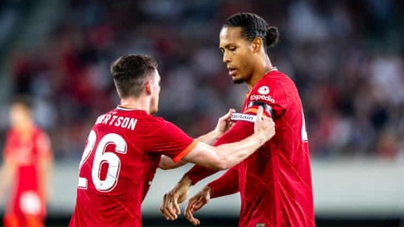 Virgil van Dijk nhận lại băng đội trưởng khi vào sân thay người.