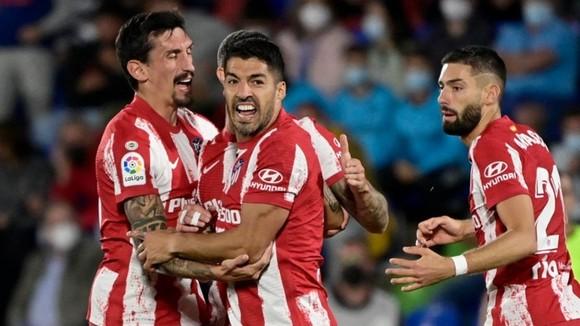 Luis Suarez tiếp tục chứng tỏ vai trò quan trọng bằng các bàn thắng.