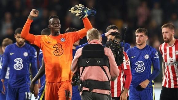Người hùng Edouard Mendy ăn mừng chiến thắng cuối trận. Ảnh: Getty Images