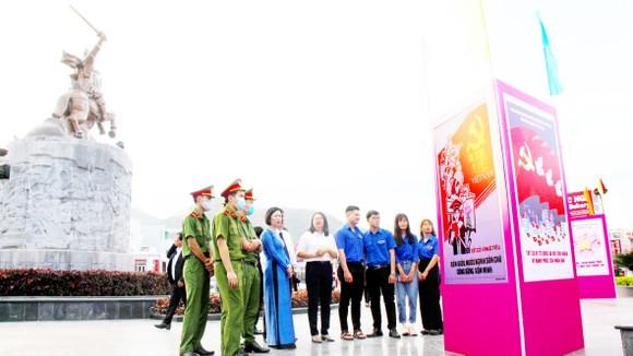 Tuổi trẻ Bình Định triển lãm tranh cổ động chào mừng Đại hội
