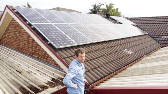 Ông Michael Streatfeild với 2 tấm năng lượng Mặt trời áp mái ở West Hoxton, Sydney