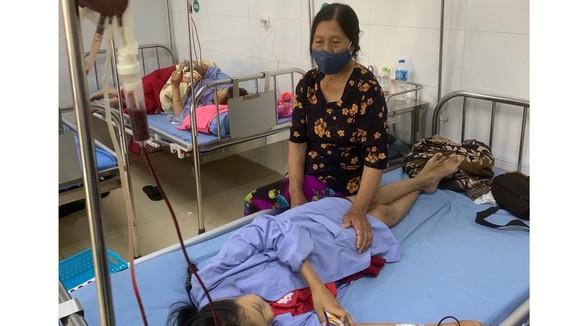 Bà Trần Thị Trúc chăm cháu Trần Thị Lan Hương đang điều trị, truyền máu tại Trung tâm Huyết học và Truyền máu (Bệnh viện đa khoa Thanh Hóa)