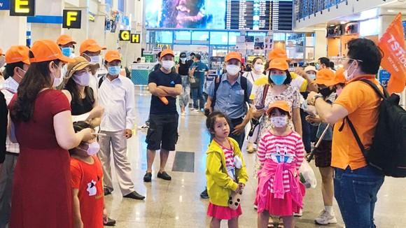 Đoàn khách của một hãng lữ hành đang chờ làm thủ tục tại sân bay Tân Sơn Nhất. Ảnh: THI HỒNG