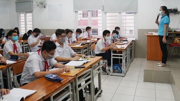 Học sinh khối 9, Trường THCS Nguyễn Du (quận 1) ôn tập trực tiếp tại trường