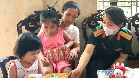 Bộ Chỉ huy Quân sự tỉnh Thừa Thiên - Huế thăm và tặng quà  động viên vợ con liệt sĩ Đại úy Trương Anh Quốc  (Ảnh chụp trong thời điểm dịch Covid-19 chưa bùng phát)