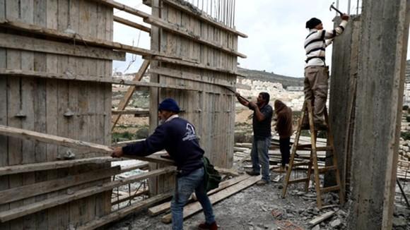 Công nhân Palestine làm việc tại một công trường ở khu Bờ Tây. Nguồn: Reuters