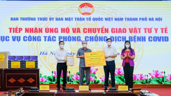 Đại diện T&T Group trao tặng 1 triệu bộ kit xét nghiệm PCR cho đại diện Sở Y tế thành phố Hà Nội và UB MTTQ Việt Nam thành phố Hà Nội