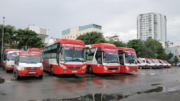 Xe khách nằm bãi chờ khách tại Bến xe Miền Đông