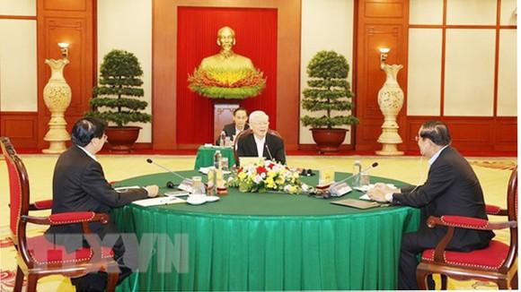 Tổng bí thư Nguyễn Phú Trọng, Tổng bí thư Đảng Nhân dân cách mạng Lào Thongloun Sisoulith và Chủ tịch Đảng Nhân dân Campuchia Hun Sen tại cuộc gặp. Ảnh: TTXVN