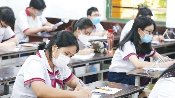 Thí sinh dự thi đợt 1 của kỳ thi tốt nghiệp THPT năm 2021,  tại Hội đồng thi Trường THPT Trưng Vương, quận 1, sáng 7-7-2021. Ảnh: HOÀNG HÙNG