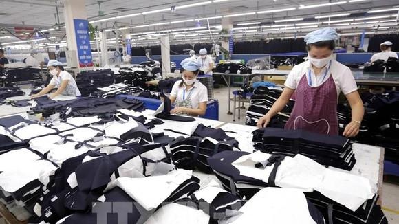 Sản xuất hàng may mặc xuất khẩu tại Tổng Công ty May 10 tại Sài Đồng, Long Biên - Hà Nội - một đơn vị thuộc Tập đoàn Dệt May Việt Nam (Vinatex). Ảnh: Anh Tuấn: TTXVN