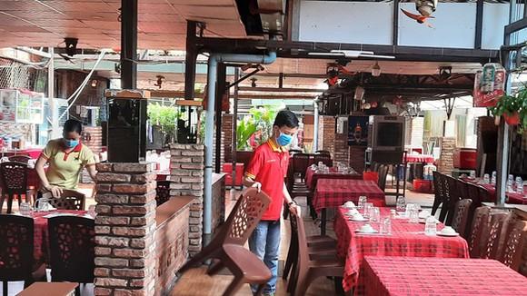 Chủ một nhà hàng tại quận Gò Vấp cho biết đã hoàn thành việc sắp xếp lại bàn ghế để bán tại chỗ. Ảnh: N.Trí