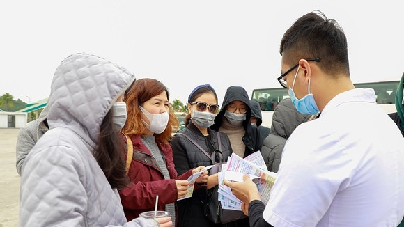 Epidemic prevention guiding for tourists.