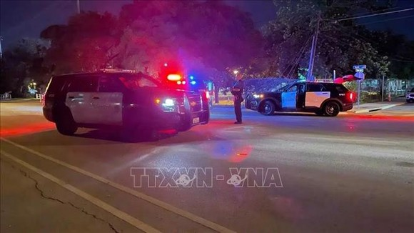 Cảnh sát điều tra tại hiện trường một vụ xả súng ở Todd Lane, Đông Nam Austin, Mỹ tối 11-6-2021. Ảnh: KXAN/TTXVN