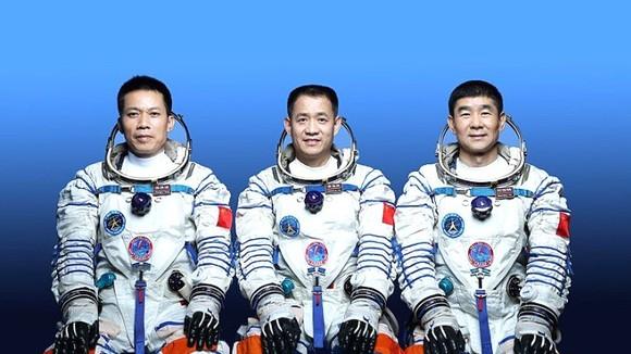 Trung Quốc phóng tàu vũ trụ Thần Châu 12, đưa 3 phi hành gia lên trạm không gian mới tên Thiên Cung