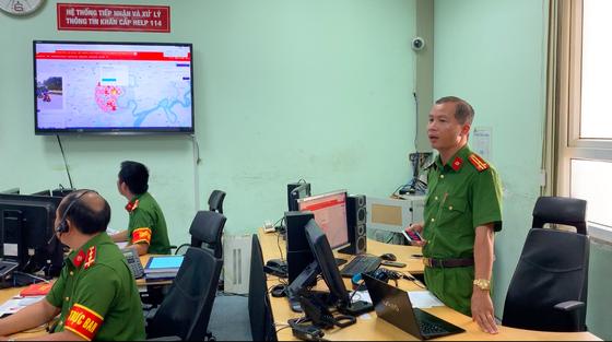 Thượng tá Nguyễn Mạnh Trưởng, Phó trưởng Phòng PC07, Công an TPHCM giới thiệu những phần mềm ứng dụng đơn vị đang thực hiện. Ảnh: CHÍ THẠCH