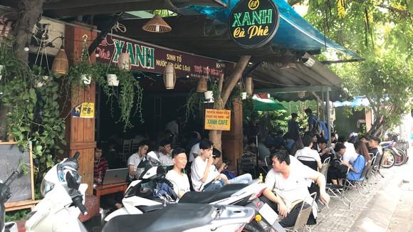 Nhiều bạn trẻ uống cà phê trò chuyện, không đeo khẩu trang tại quán cà phê trên đường Lê Lợi, phường 4, quận Gò Vấp. Ảnh: Bùi Anh Tuấn
