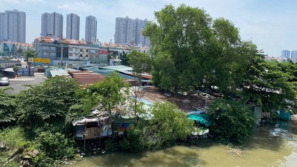 Cách Khu đô thị mới Him Lam Kênh Tẻ vài bước chân là những căn nhà bên sông tạm bợ