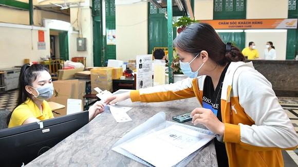 Trong những ngày dịch Covid-19 diễn biến phức tạp, Bưu điện TPHCM vẫn duy trì dịch vụ hành chính công - nhận và phát trả hồ sơ thủ tục hành chính