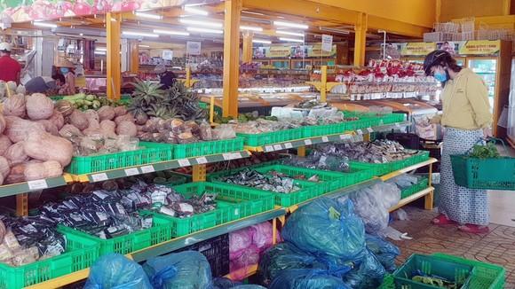 Người dân chọn mua rau củ quả tại siêu thị trên đường Phan Huy Ích, phường 12, quận Gò Vấp