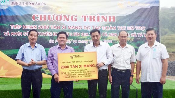 Ông Nguyễn Anh Tuấn, Phó Tổng Giám đốc Tập đoàn T&T Group trao tặng 2.000 tấn xi măng cho ông Vương Trinh Quốc, Chủ tịch UBND thị xã Sa Pa
