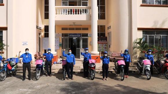 """Các thành viên đội """"shipper áo xanh"""", phường 11, TP Cao Lãnh  hàng ngày đi chợ giúp bà con"""