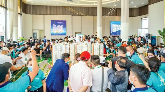 Khách hàng tham quan dự án Bien Hoa Universe Complex của Hưng Thịnh.