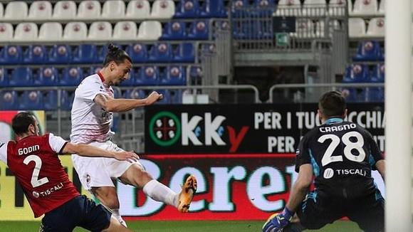 Pha ghi bàn của Zlatan Ibrahimovic vào lưới Cagliari