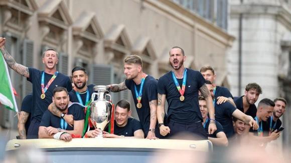 Azzurri diễu hành mừng chiến thắng